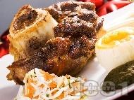 Печен маринован цял телешки джолан с бяло вино и лют червен пипер под фолио на фурна с гарнитура от картофено и спаначено пюре на фурна